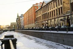 Neva flod längs gatan royaltyfri fotografi