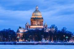 Neva flod under isen och snön och härliga helgonIsaacs domkyrka eller Isaakievskiy Sobor i St Petersburg, Ryssland royaltyfri bild