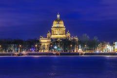 Neva flod under isen och snön och härliga helgonIsaacs domkyrka eller Isaakievskiy Sobor i St Petersburg, Ryssland arkivbilder