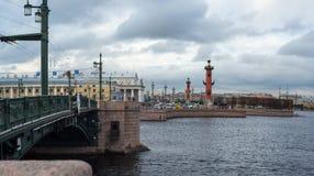 Neva-Flussdamm in St Petersburg stockfotos