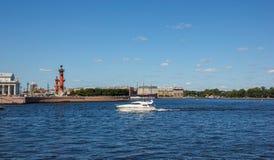 Neva met boot en Spit van Vasilyevsky Island Stock Foto