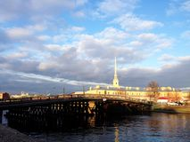 Neva och Peter och Paul Fortress med bron Royaltyfria Foton