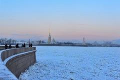 Neva pod lodem w zimie na mroźnym dniu zdjęcia stock