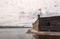 Neva River com o Peter e o Paul Fortress à direita e o museu de eremitério e a abóbada de Saint Isaac Church nos vagabundos fotos de stock