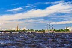 Neva River mit Blick auf den Peter und Paul Fortress in St Petersburg Lizenzfreie Stockbilder