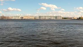 Neva River och stad petersburg russia st stock video