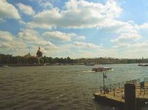 Neva River und die Heilig-Isaac-` s Kathedrale Lizenzfreie Stockfotografie