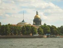 Neva River und die Heilig-Isaac-` s Kathedrale in St Petersburg Lizenzfreie Stockfotografie