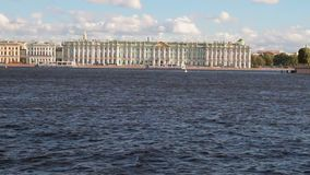 Neva River- und Palast-Damm St Petersburg, Russland stock video footage