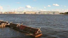 Neva River und Stadt an Land St Petersburg, Russland stock footage