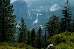 Nevada Fall en Liberty Cap in Yosemite stock afbeelding