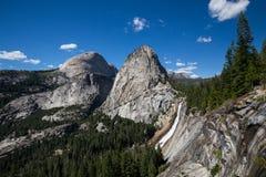 Nevada Fall och Liberty Cap i den Yosemite nationalparken, Kalifornien, USA royaltyfri foto