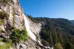 Nevada Falls sulla traccia/John Muir Trail della foschia in parco nazionale di Yosemite in California U.S.A. fotografia stock libera da diritti