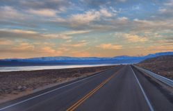 Nevada Highway 95's Walker Lake bei Sonnenuntergang Stockfotografie