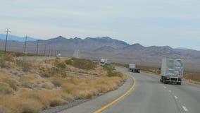 Nevada, listopad 07,2017: Ciężarówki Jedzie Na autostradzie W pustyni zbiory