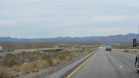 Nevada, listopad 07,2017: Ciężarówki Jedzie Na autostradzie W pustyni zbiory wideo