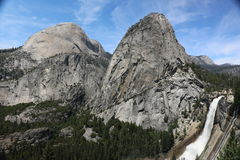 Nevada nedgång och och Liberty Cap i den Yosemite nationalparken, Kalifornien, USA royaltyfria bilder