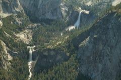 Nevada och Vernal nedgångar faller i den Yosemite nationalparken Royaltyfri Bild