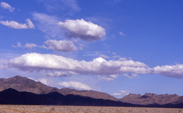 nevada toppig bergskedjasky Arkivbilder