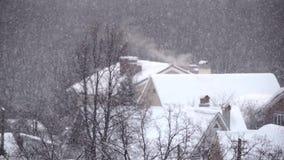 Nevadas en el invierno en la ciudad, mañana de la Navidad nevosa suave con nieve que cae metrajes