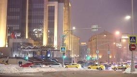 Nevadas en los cruces en Moscú, tráfico duro en el bulevar de Sretensky almacen de video