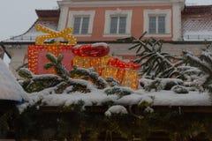 nevadas en mercado de la Navidad con las lámparas y la decoración de las luces adentro foto de archivo libre de regalías