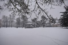 Nevadas fuertes en el parque - jardines de los cuartos de bomba, balneario de Leamington, Reino Unido - 10 de diciembre de 2017 Imagen de archivo
