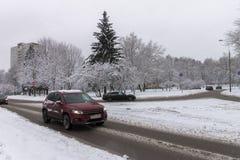 Nevadas fuertes en las calles Coches cubiertos con nieve Hielo en el ro Foto de archivo libre de regalías