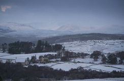 Nevadas fuertes en las montañas escocesas y mucha del Reino Unido Imágenes de archivo libres de regalías