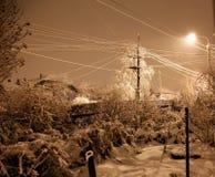 Nevadas pesadas en la noche en el campo, nieve que vuela Foto de archivo