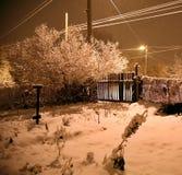 Nevadas pesadas en la noche en el campo, nieve que vuela Imágenes de archivo libres de regalías