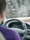 Nevado Asphalt Road que lleva a través de un bosque nevoso Foto de archivo