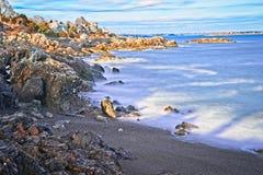 Nevado e rochoso negligencie do oceano e da costa durante o inverno fotos de stock