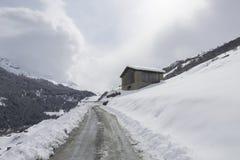 Nevado en cabina en una ladera suiza fotos de archivo
