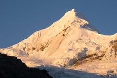 Nevado Tocllaraju в Blanca кордильер Стоковое Изображение RF