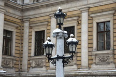 Nevado y lámpara de calle vieja en Viena fotos de archivo libres de regalías