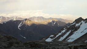 Nevado y montañas llenas de grava metrajes