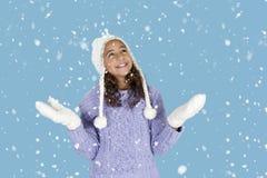 Nevando en muchacha con el sombrero y los guantes del invierno, Imágenes de archivo libres de regalías