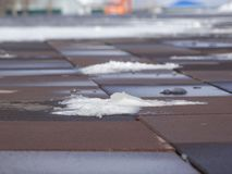 Neve ancora non fusa sulla pavimentazione Fotografie Stock