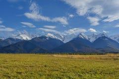 Neve in anticipo di autunno in montagne carpatiche: le scogliere enormi sono coperte di neve, nella priorità alta sono pendii con Immagine Stock Libera da Diritti
