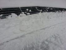 Neve bianca sulla botola dal lato della via Fotografia Stock