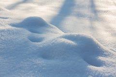 Neve blu del fondo, cumuli di neve, sovrapposizione fotografia stock libera da diritti
