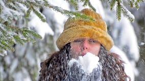 Neve bonita do lenço da forma da jovem mulher fora vídeos de arquivo
