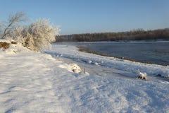 Neve branca e água escura do rio Fotografia de Stock Royalty Free
