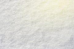 Neve branca que brilha no fundo natural da textura do close-up do sol, tonificado fotografia de stock royalty free
