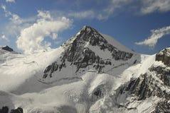 A neve brilhante cobriu o pico Imagens de Stock Royalty Free