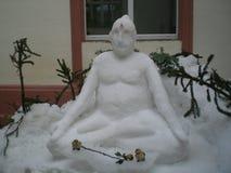 Neve Buddha con una rosa e gli uccelli delle terraglie Immagine Stock