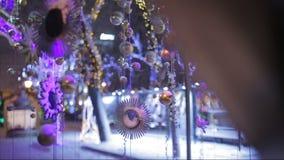 A neve cai em brinquedos e em decorações do Natal na rua video estoque