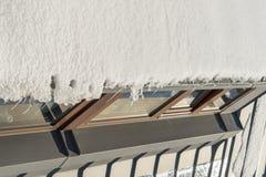 Neve che appende sul tetto Fotografia Stock Libera da Diritti