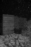 Neve che cade sopra gli alberi e le costruzioni della città Immagini Stock Libere da Diritti
